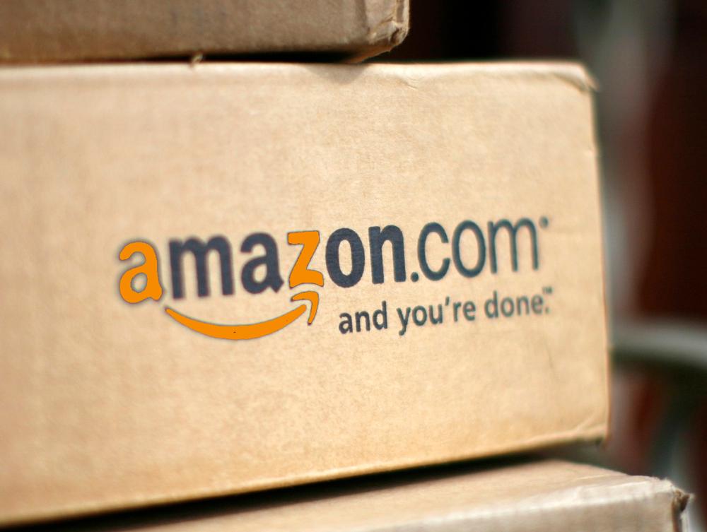 Carton Amazon.com, les lettres A et Z du logo sont mises en avant à titre de démonstration par l'absurde.